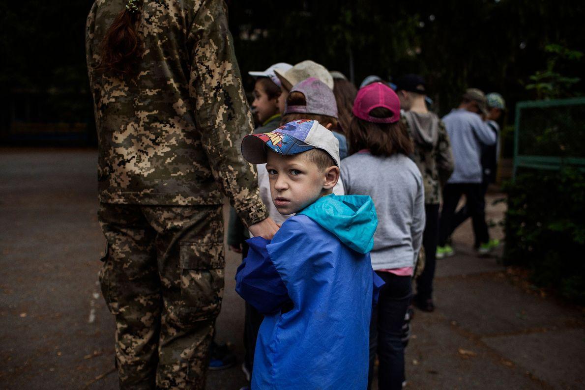 Um instrutor voluntário orienta o grupo mais jovem no LIDER