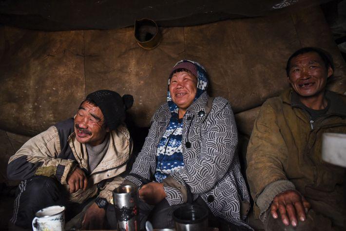 Maya Pelyatagina relaxa na yuranga com o seu marido Alexander Keutegin