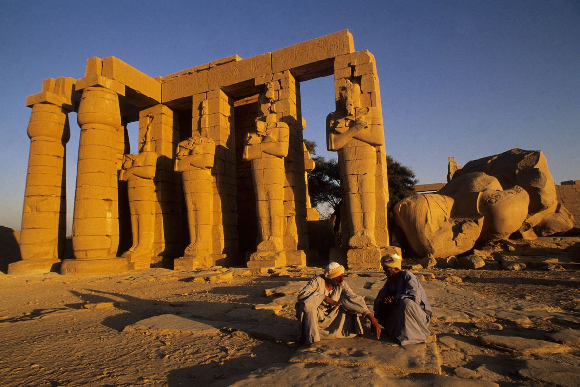 Luxor começou como um pequeno centro de comércio, há cerca de 4.000 anos, e hoje os ...