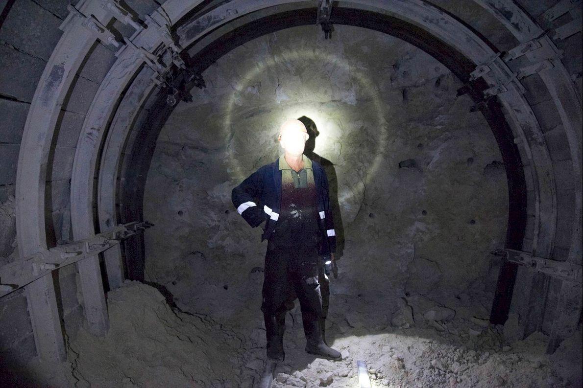 Trabalhador dentro de um dos túneis de manganês