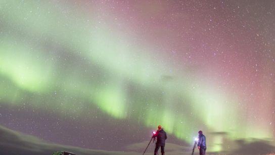 Os irmãos Hjartarson ajudam o fotógrafo Robert Omerod a ver, pela primeira vez, a aurora