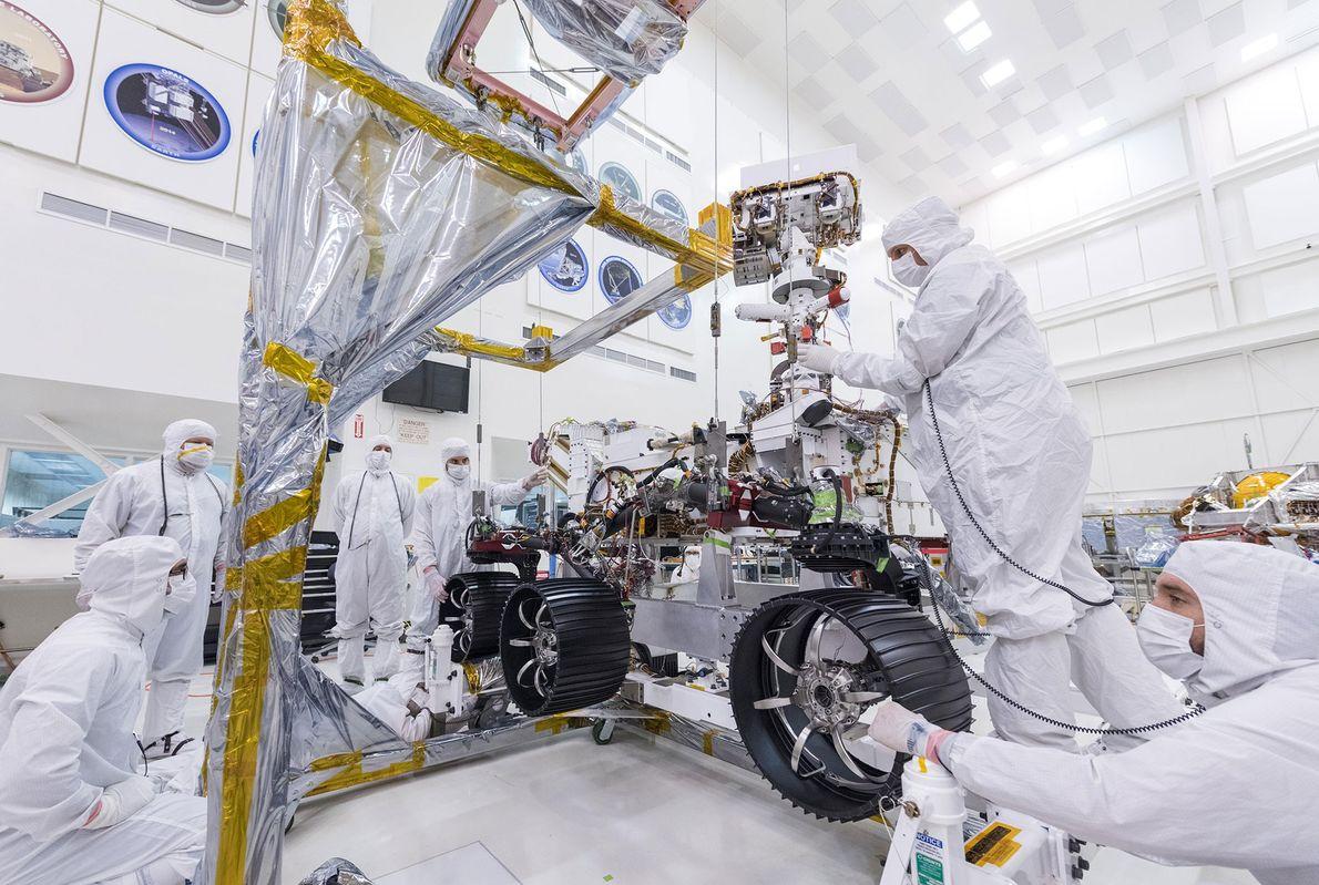 No dia 13 de junho, técnicos do Laboratório de Propulsão a Jato da NASA instalaram as ...
