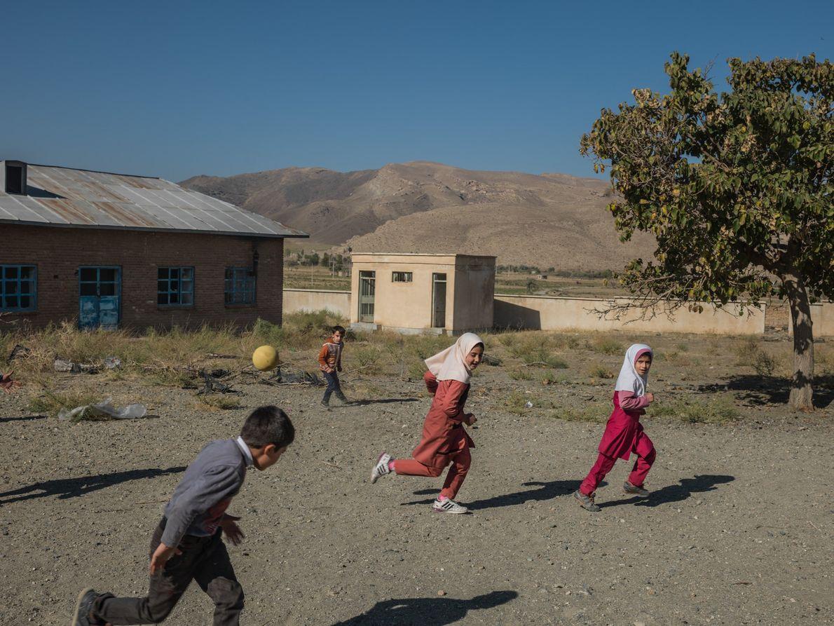 Crianças correm no recreio da escola primária de Qalqachi