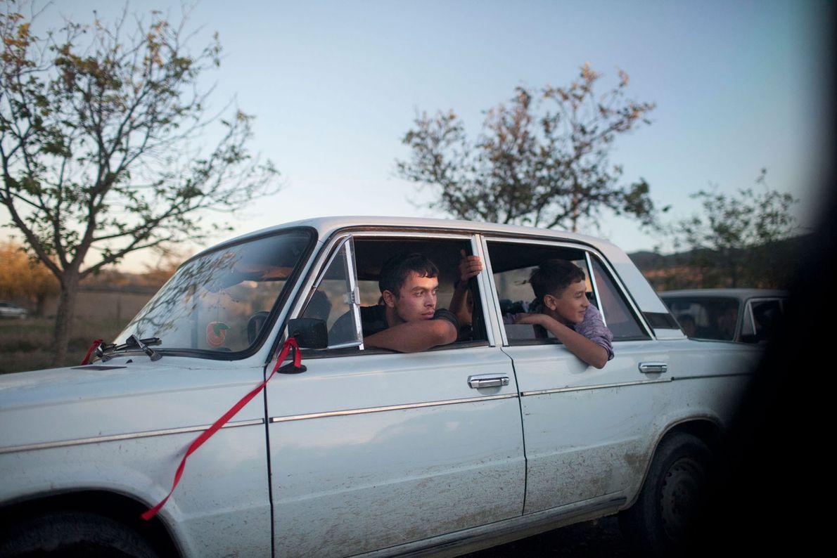 Imagem de rapazes adolescentes sentados num carro branco