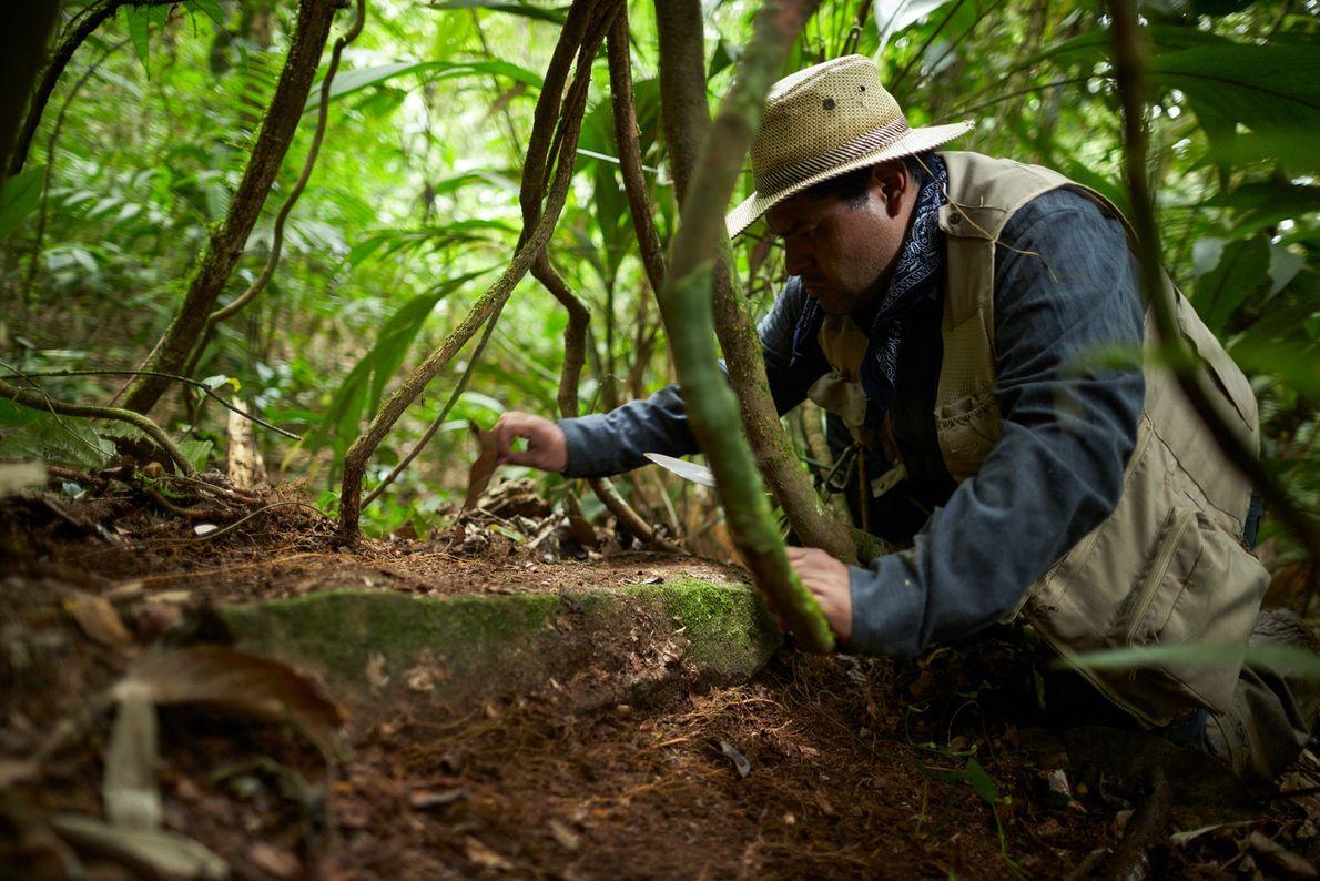 Fotografia do arqueólogo Oscar Neil Cruz