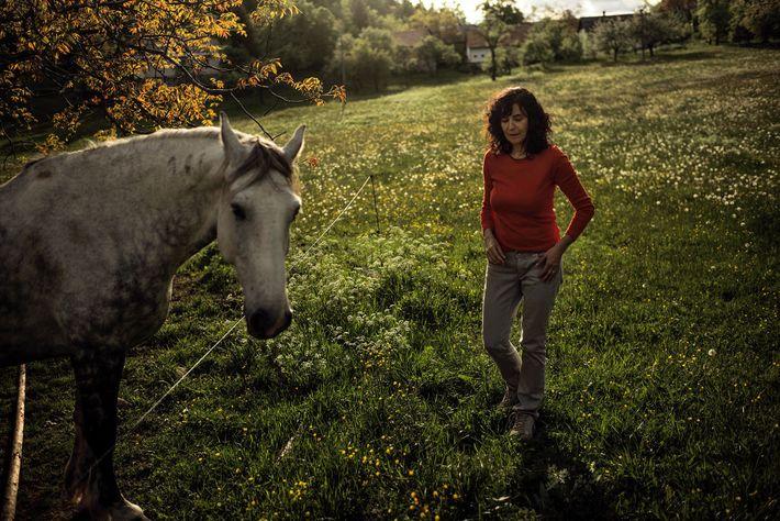 Mulher junto a um cavalo