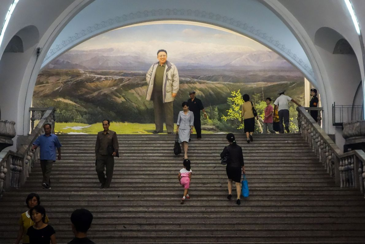 Um mural da estação de Yonggwang mostra Kim Jong Il, o Grande Líder entre 1994-2011