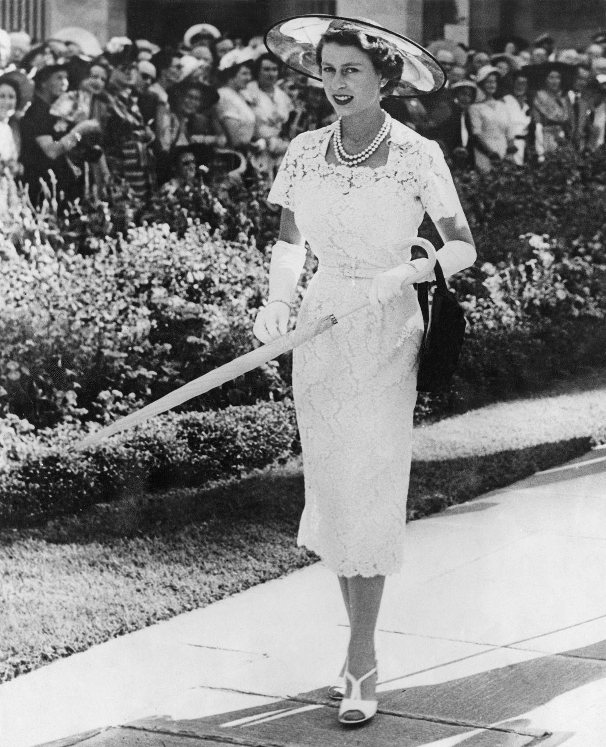 Fotografia da Rainha Isabel II com um vestido de renda numa festa no jardim em Sydney, ...