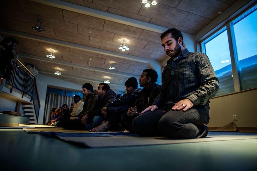 Devido à ausência de luz solar durante o dia, os refugiados Muçulmanos no abrigo tiveram que ...