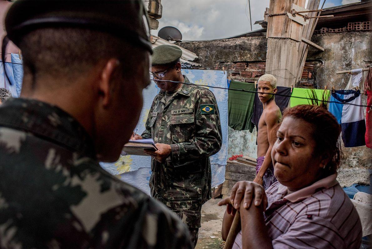 Soldados inspecionam uma casa no bairro Alto José Bonifácio