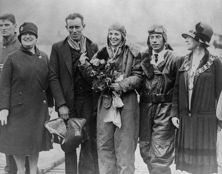 Em 1928, quando o avião Friendship aterrou no Reino Unido, Amelia Earhart (ao centro) chamou a ...