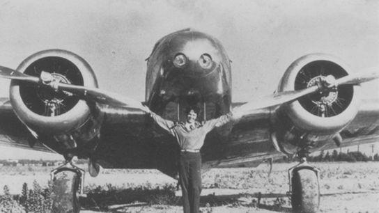 Amelia Earhart posa em frente ao seu Lockheed Electra 10e, numa fotografia sem data.