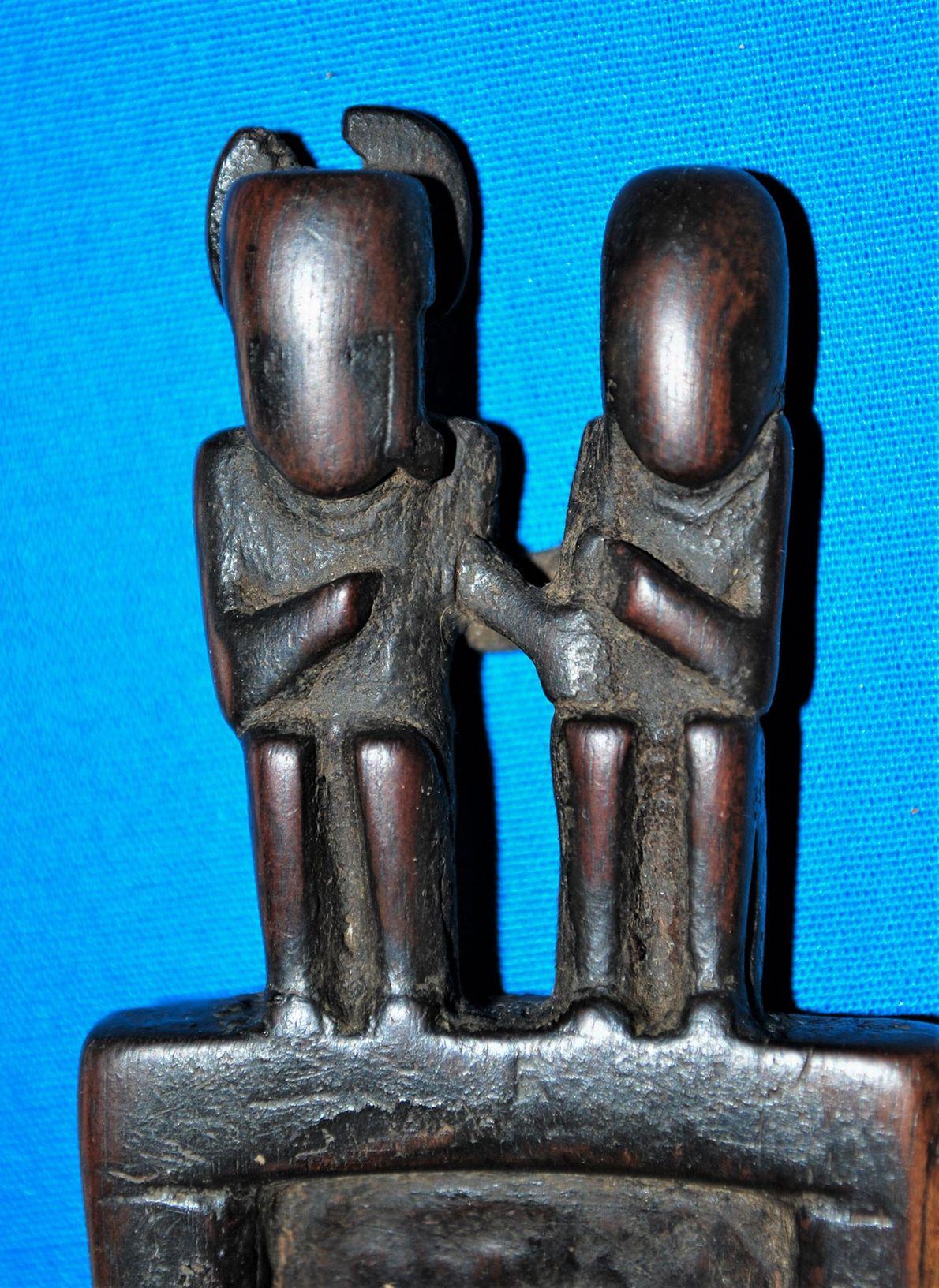 Estas figuras decoram uma peça de rituais em madeira, encontrada em Cueva del Chileno.