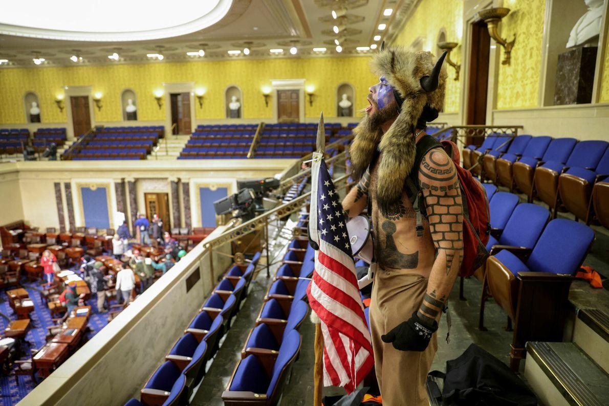 Um apoiante de Trump entrou na Câmara do Senado enquanto legisladores e funcionários eram levados à ...