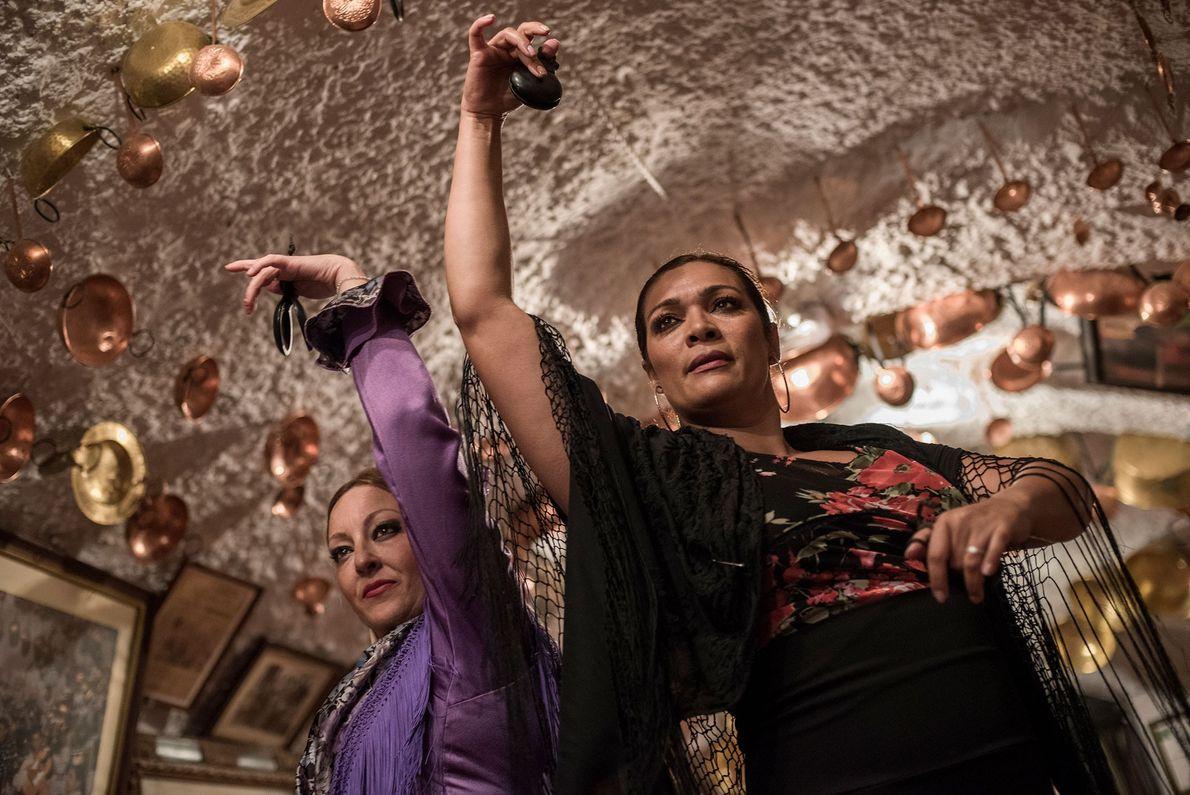 Duas mulheres dançam flamengo no interior das grutas de Sacromonte. A dança tradicional espanhola tem origem ...
