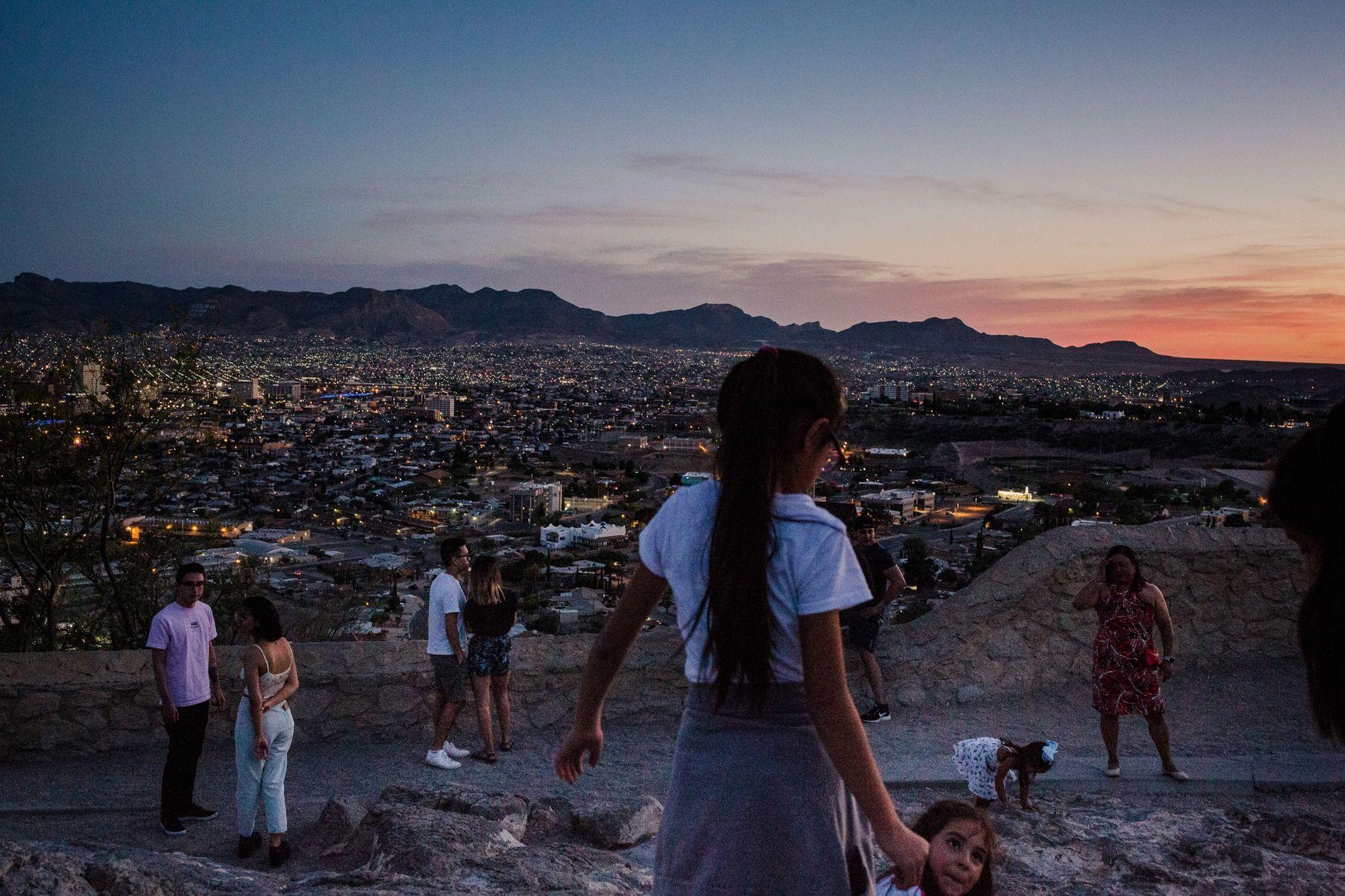 As luzes de Juárez – mais à distância – mostram a linha divisória entre as duas ...