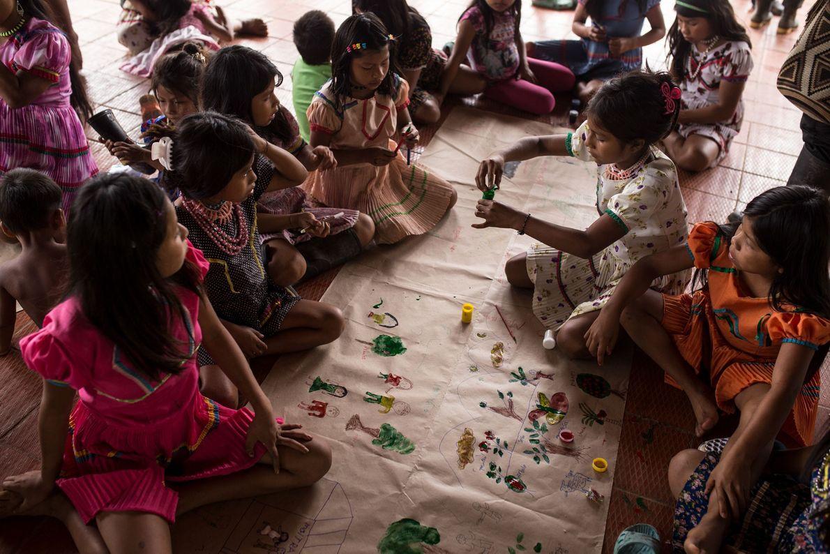 Crianças a pintar