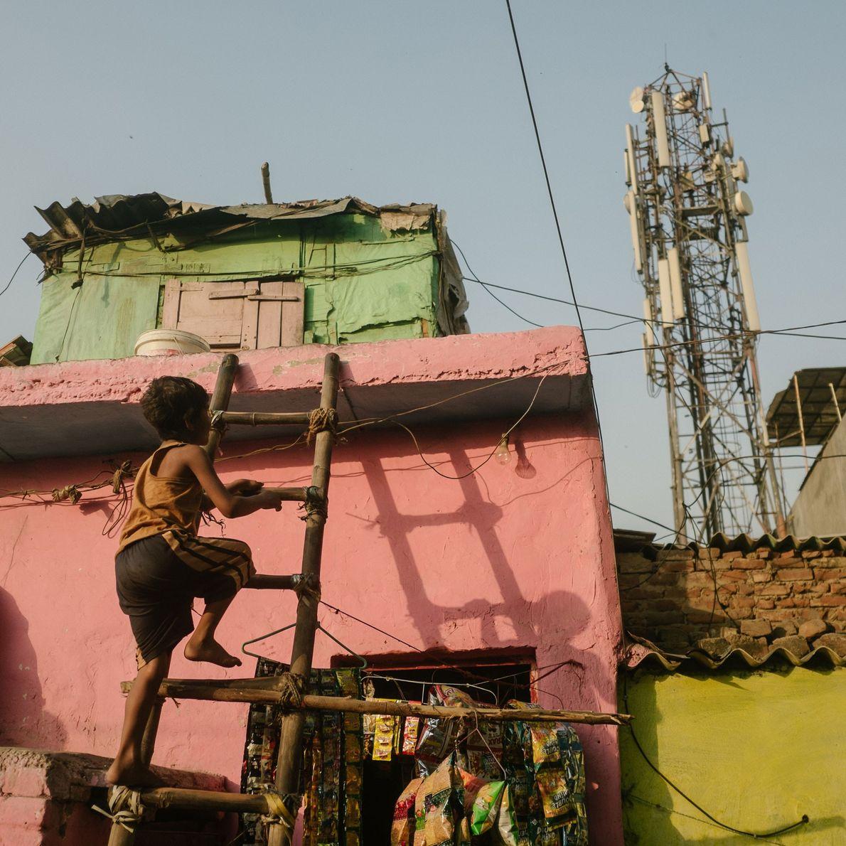 Fotografia da área perto do esgoto a céu aberto, na zona de Shahdara
