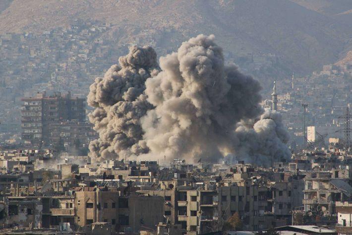 Nuvens de fumo de um ataque aéreo russo em Ghouta Oriental, que era controlada pela oposição ...