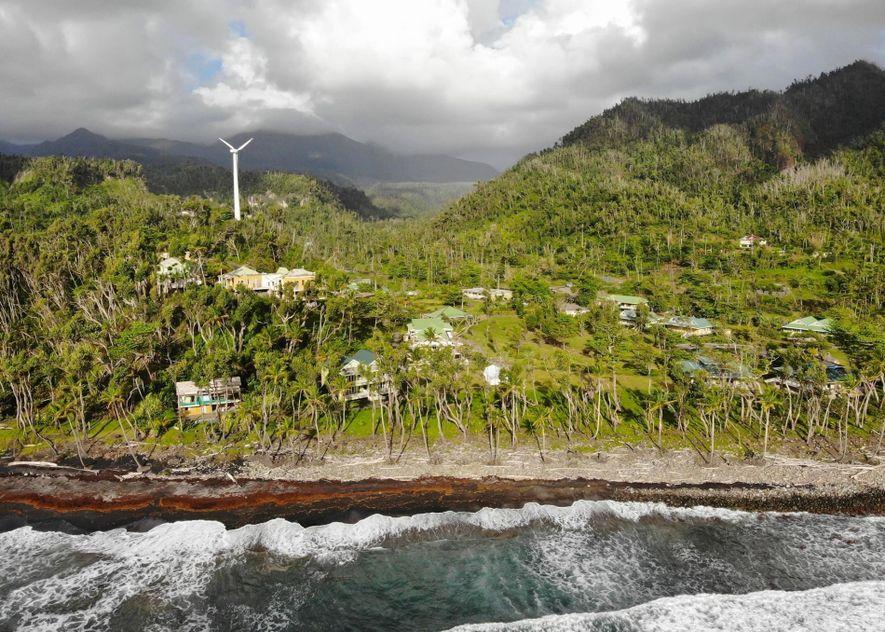 Quando o furacão Maria atingiu Dominica em setembro de 2017, mais de 90% das estruturas da ...