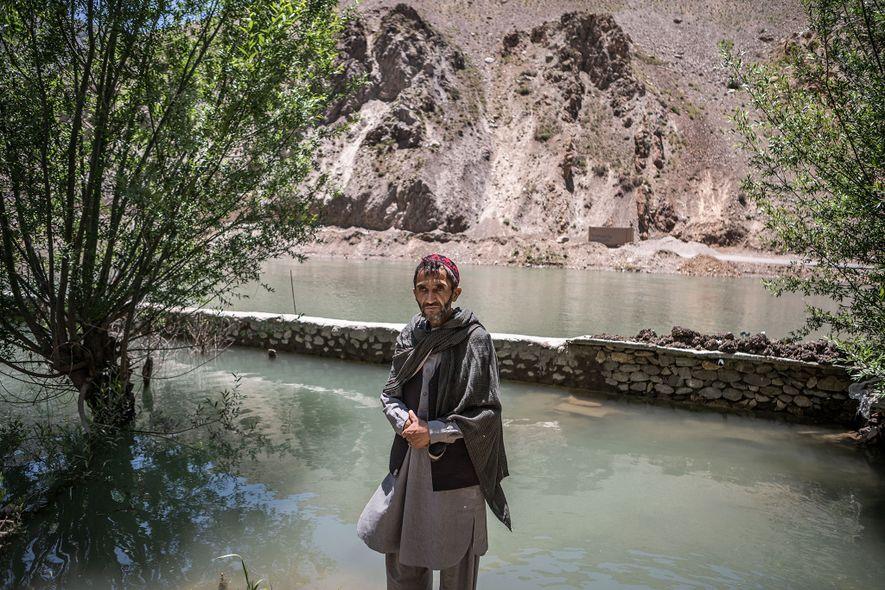 Seyed Jalil, um agricultor de 45 anos, no seu jardim inundado, na província de Panjshir, no ...