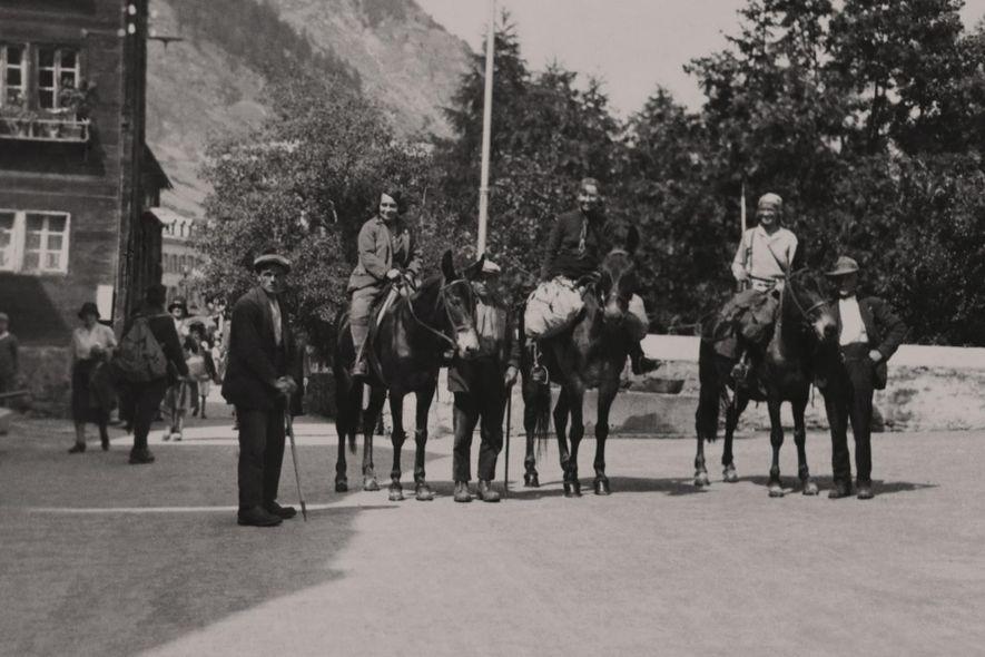 Alice Damesme, Jessie Whitehead e Miriam O'Brien posam para uma fotografia, sobre a garupa dos cavalos ...