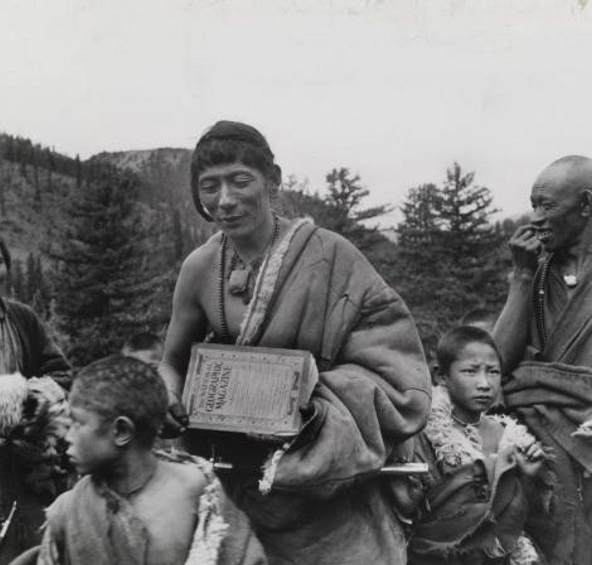 Homens tibetanos e crianças são fotografados em Sikang.