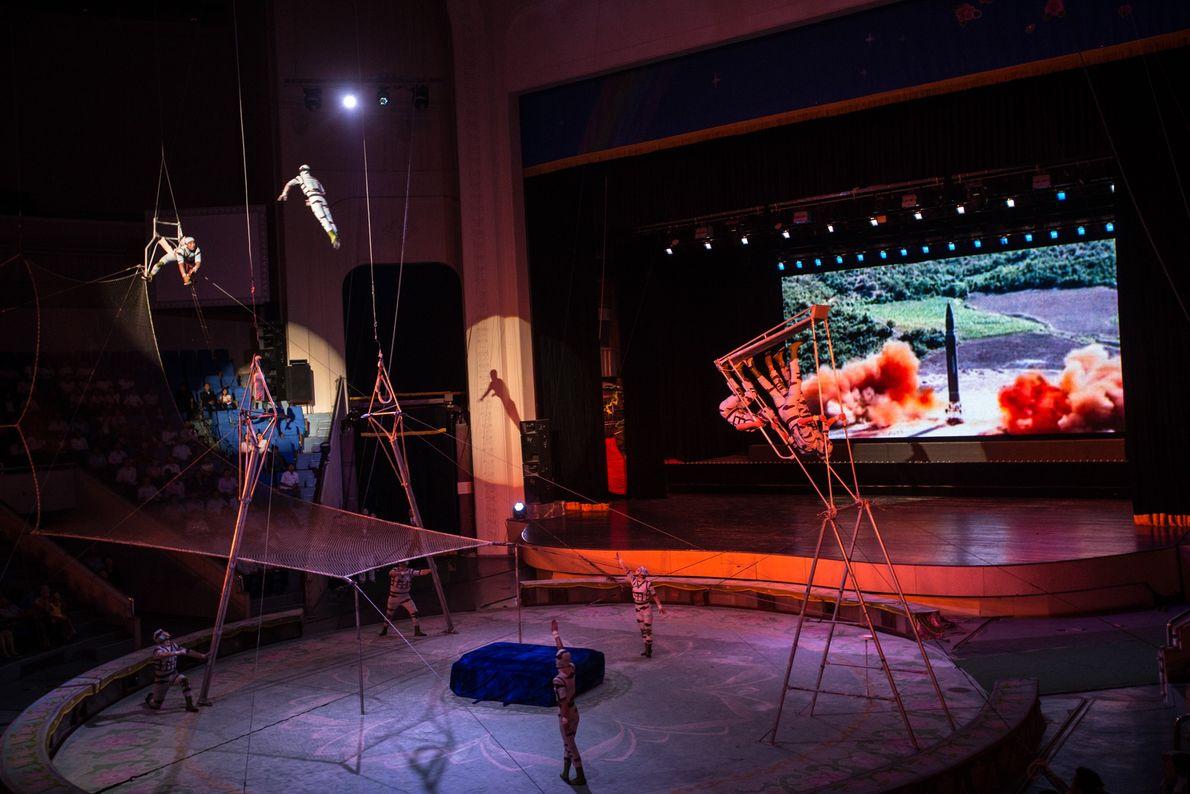 Um vídeo de um lançamento de um míssil é projetado num grande ecrã