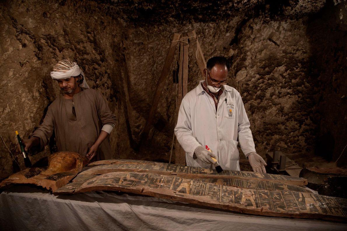 Um caixão e uma máscara mortuária num túmulo no Egito