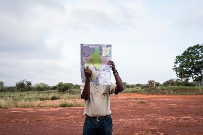 Ben Okita, chefe de operações de investigação na Save the Elephants, aponta na direção onde nos ...
