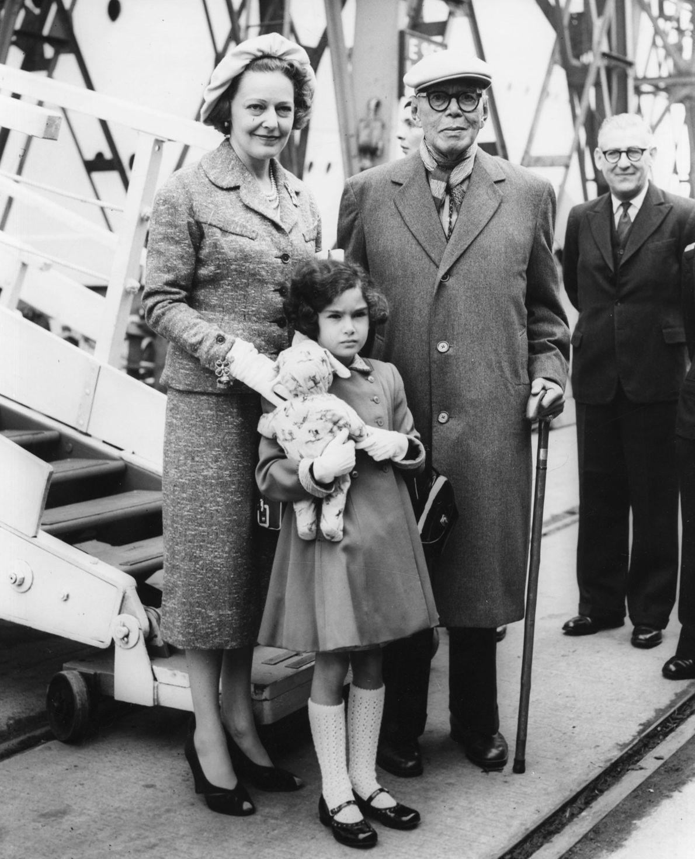 O sultão Ibrahim I de Johor (atualmente Malásia), retratado com sua esposa e filha a chegarem ...