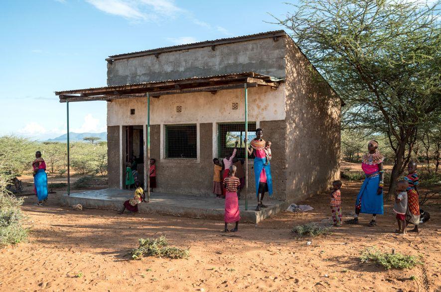 Mulheres Samburu em frente a uma escola