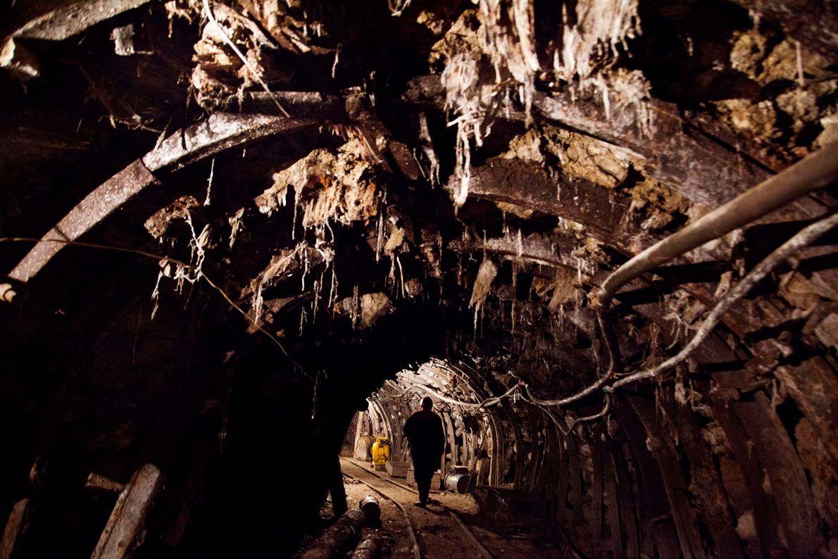 Mineiro atravessa um túnel da mina de manganês