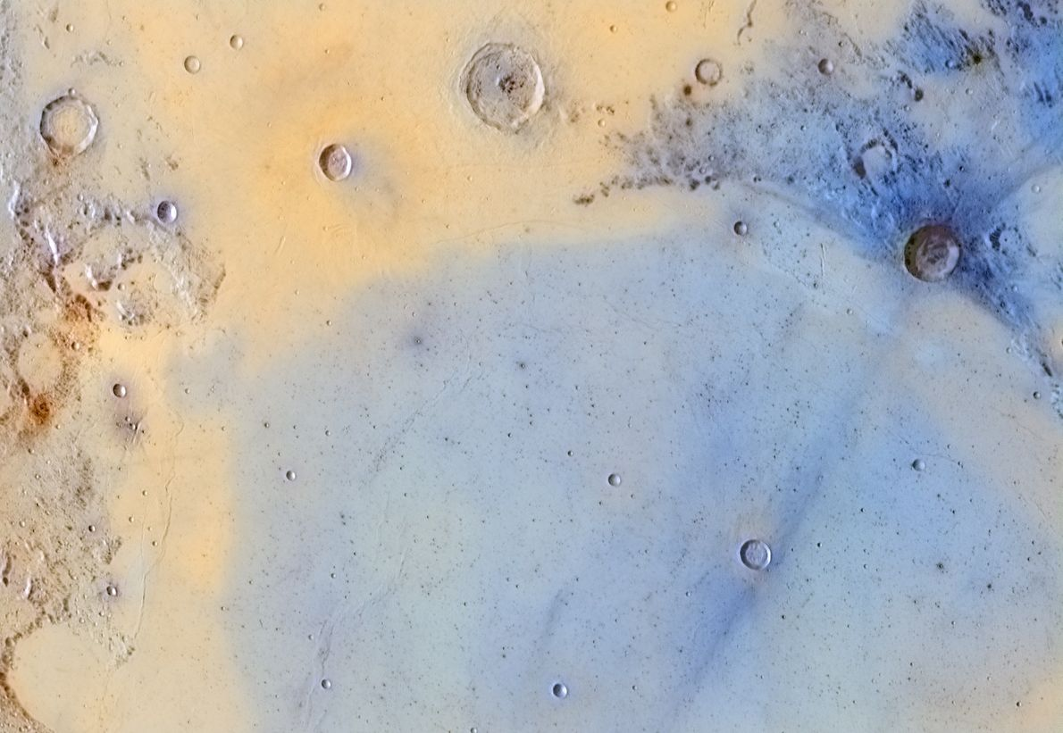 Esta imagem da superfície da lua revela pormenores raramente vistos.