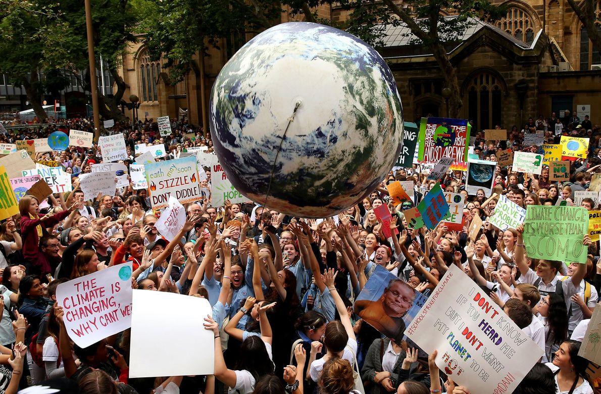 manifestantes em frente à câmara de Sydney, na Austrália.