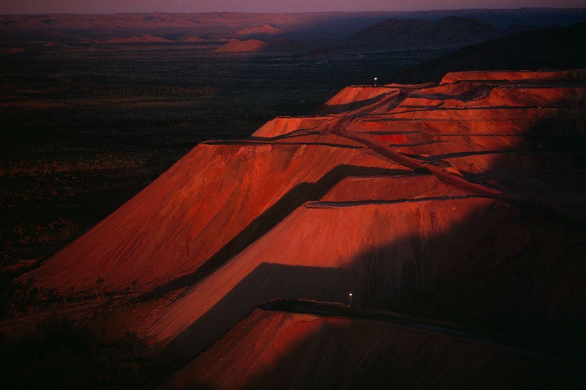 Os mineiros extraem cerca de 34 milhões de carates por ano da mina de diamantes de ...