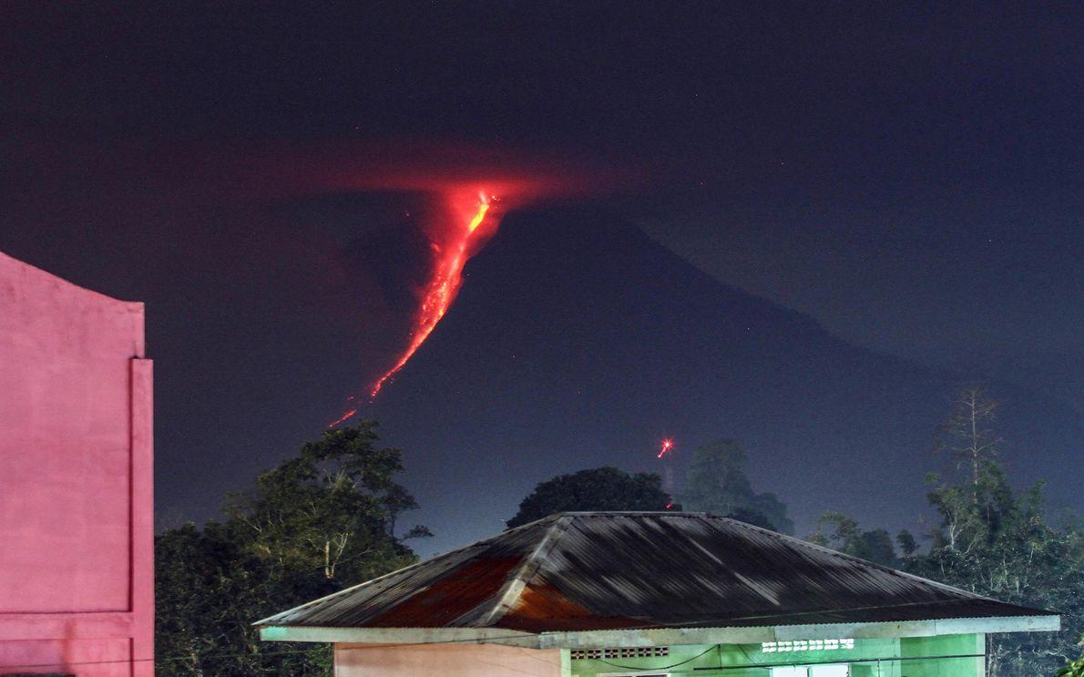 Rios de lava a escorrer pelos flancos do Monte Sinabung, numa imagem de 2018, captada em ...
