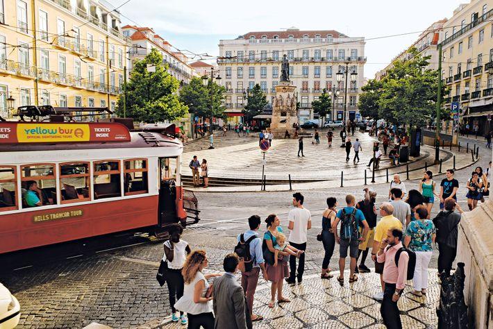 A Praça Luís de Camões, um dos maiores poetas portugueses, é um ponto de encontro em ...