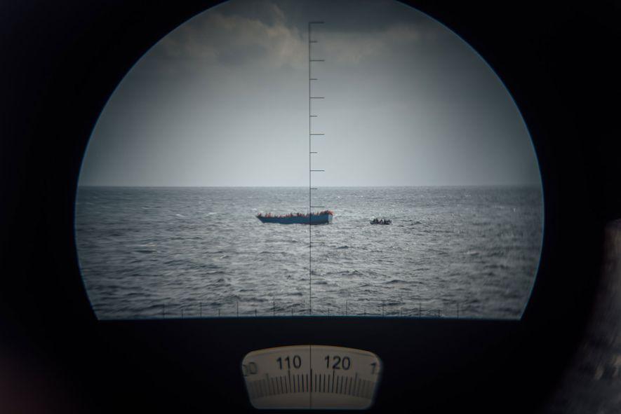 Após passar dez horas na zona de resgate, a tripulação do Aquarius acompanha, à distância, a ...