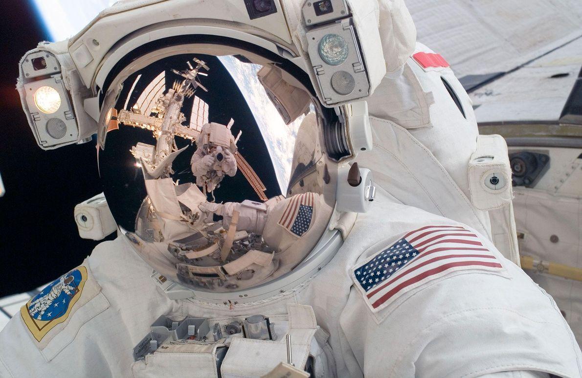 O astronauta Mike Fossum captou esta selfie durante uma caminhada espacial no exterior da Estação Espacial ...