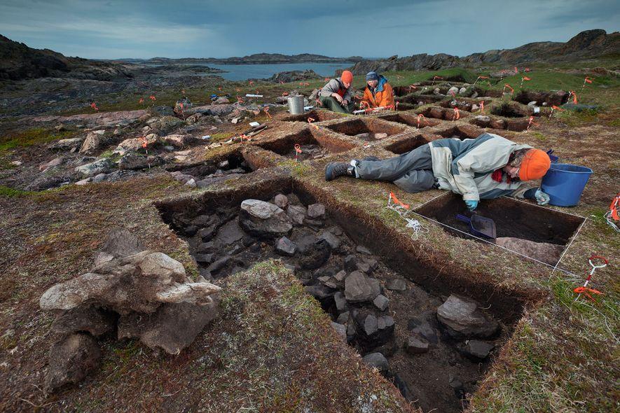 Revelando o que ela acredita ser um posto avançado de Vikings, a arqueóloga Patricia Sutherland (com ...