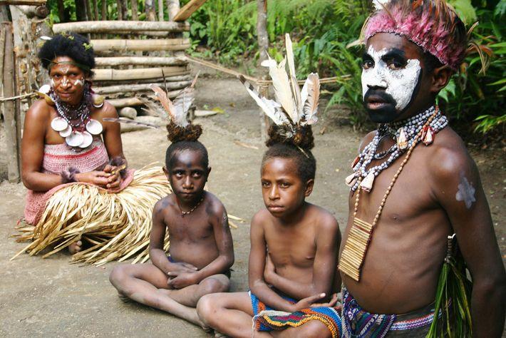 Fotografia de um chefe com a sua família em Papua Nova Guiné
