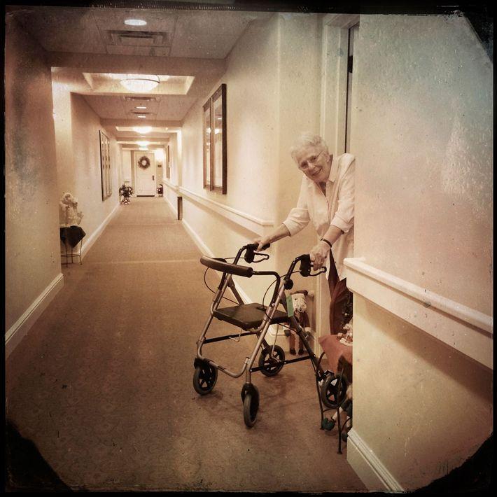 Senhora idosa com andarilho