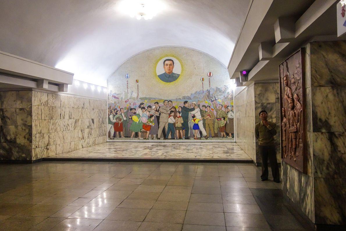 Um mural da estação de Tongil representa o sonho de futuro da nação