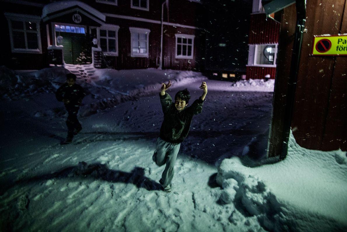 Fotografia de uma criança a correr na neve
