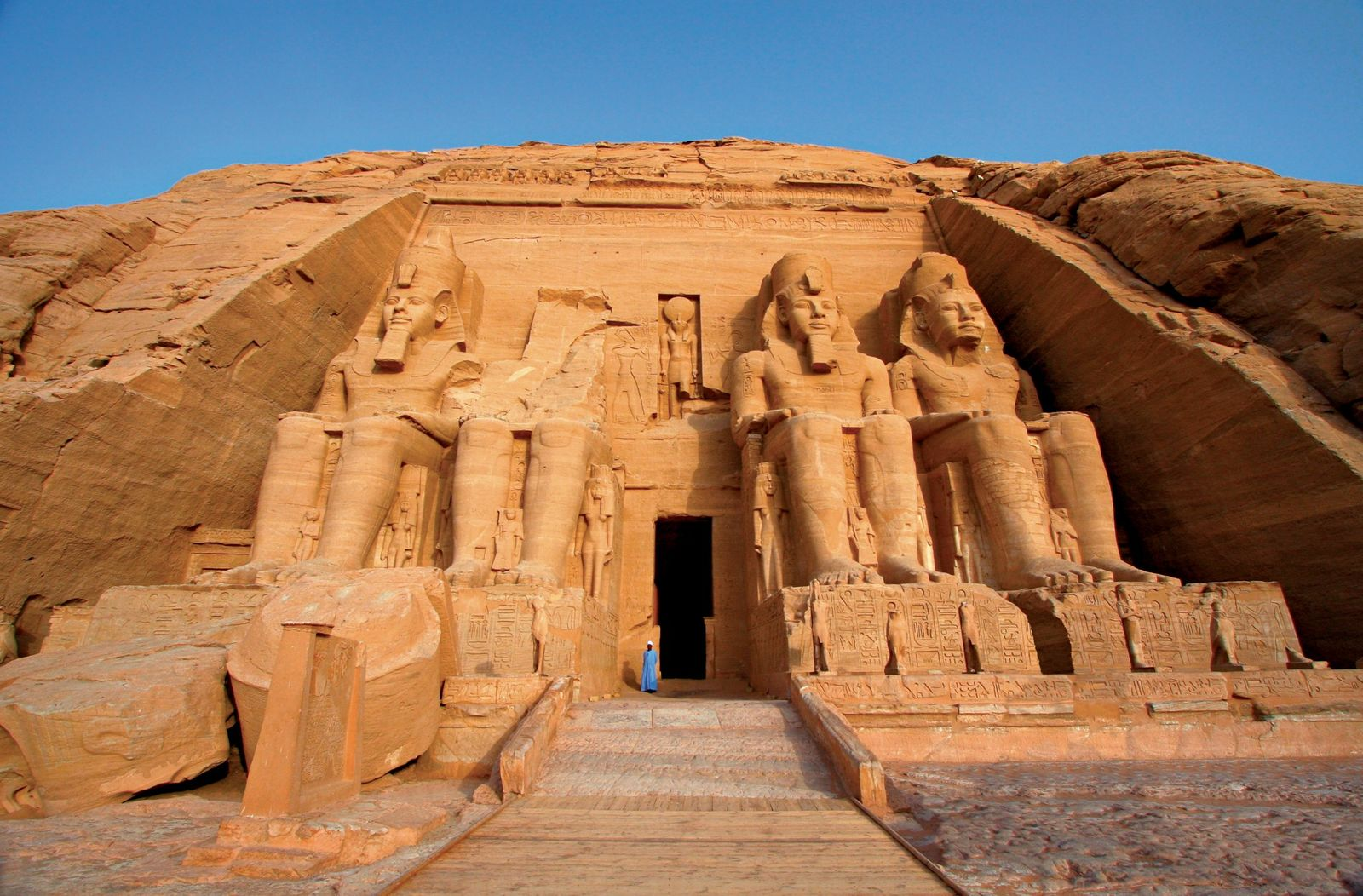 A entrada do templo principal de Abu Simbel é guardada pelas estátuas colossais do faraó egípcio ...