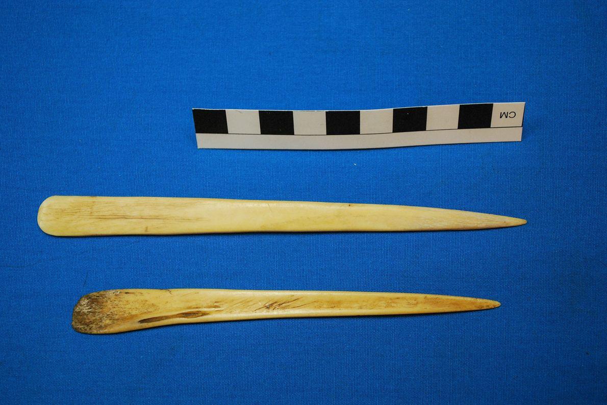 Pequenas espátulas, feitas a partir de ossos de lamas, faziam parte do conjunto de objetos com ...