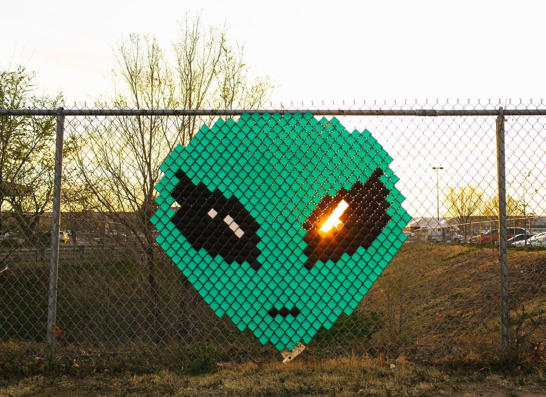 Um rosto extraterrestre numa vedação, no exterior de um centro comercial, em Roswell, no Novo México.