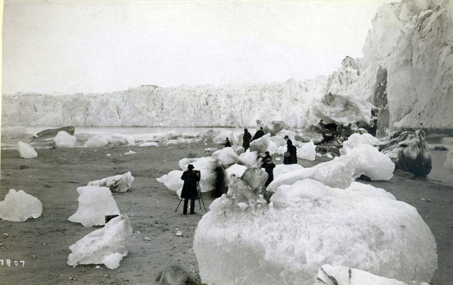 Esta fotografia que retrata um grupo de fotógrafos olhando para noroeste foi tirada no mesmo local ...