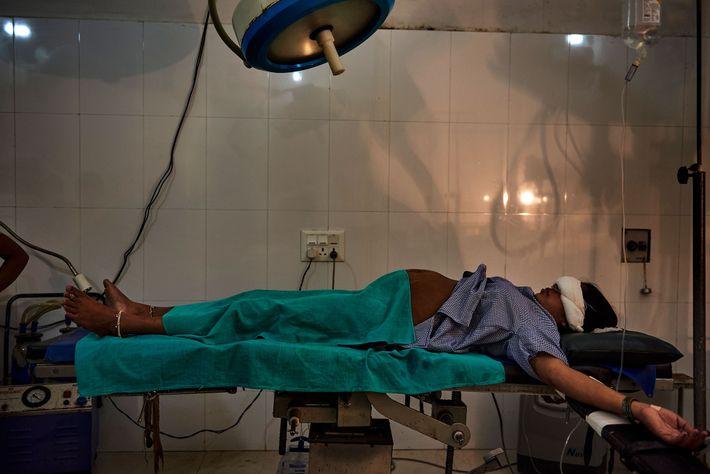 Num hospital em Shravasti, uma mulher aguarda por uma cesariana numa sala de partos.